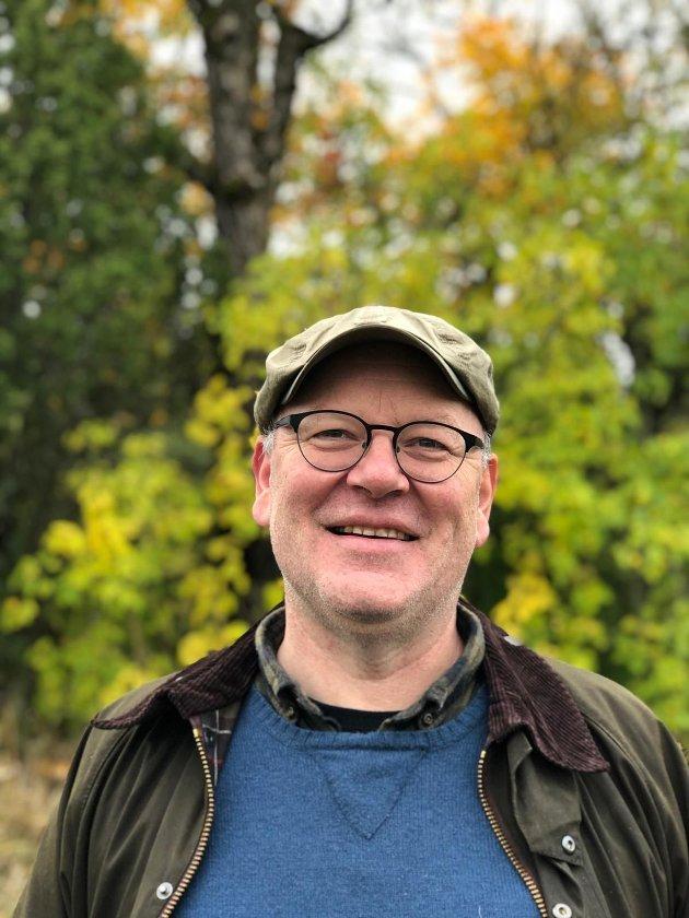 Talsperson i Lørenskog MDG, Ernst-Modest Herdieckerhoff, er skeptisk til å hoppe over flere utredninger i saken om bane til Lørenskog og Romerike