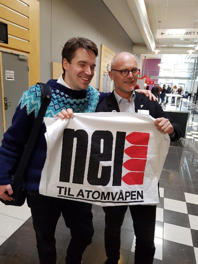 Daglig leder av Nei til Atomvåpen Frode Ersfjord og Lars Egeland på SVs landsmøte