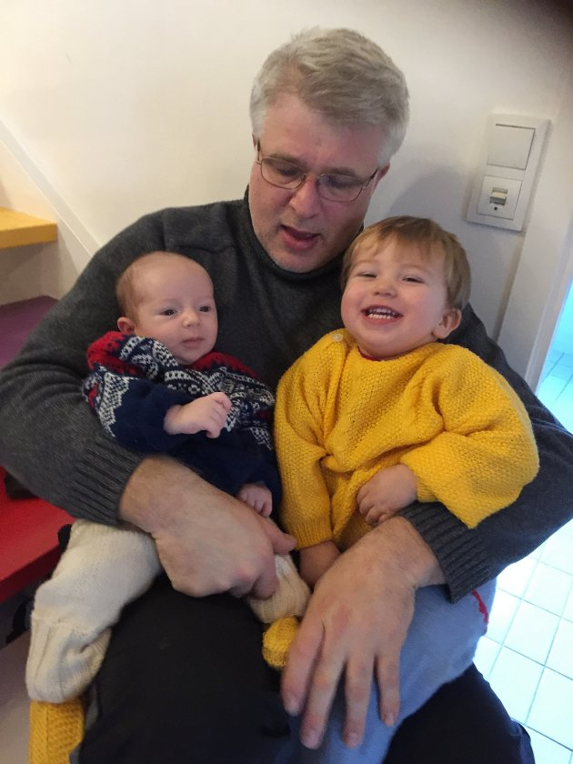 Superpappa Ronny Johansen tar sin del av permisjonstiden - med glede. Her med Jonatan (3 mnd) og Ferdinand (2år).
