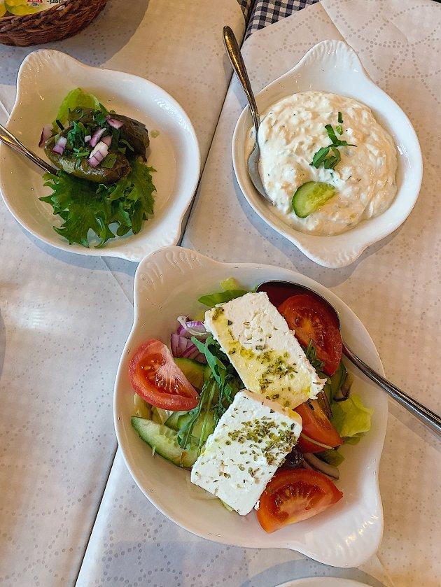 Mezé er en genial løsning for de som ønsker litt av hvert og er en utbredt spiseform ved Middelhavet, hvor et utvalg småretter deles blant gjestene.