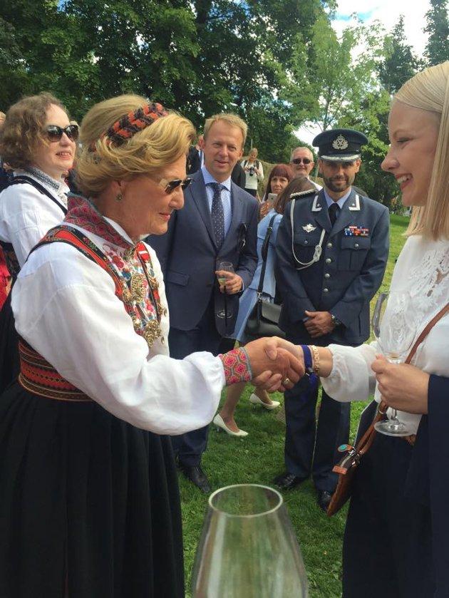 DRONNINGMØTE: Dronning Sonja hilser på Emma Pauline Garberg Minge under hagefesten.
