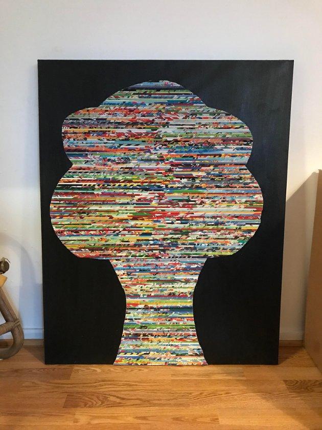 Dette bildet av et tre er laget av reklame som er klippet opp og rullet i i papirrør og deretter limt sammen og festet på et svart lerret.