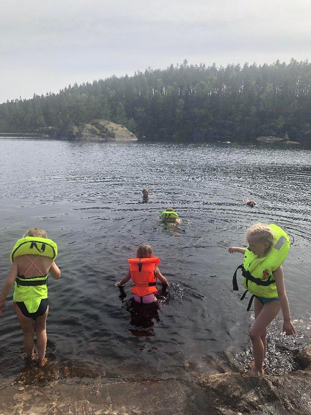 Vannlek: Det ble tid til både bading og fisking da Linnéa Natur- og gårdsbarnehage var på tur fra Dynjan til Ørje. Her koser voksne og barn seg i vannet ved Lundevolden.