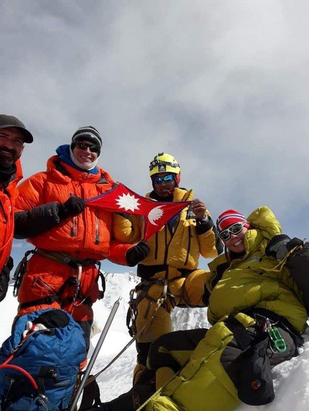 Ingvild Settemsdal på toppen av Ama Dablam sammen med guiden og to sherpaer.