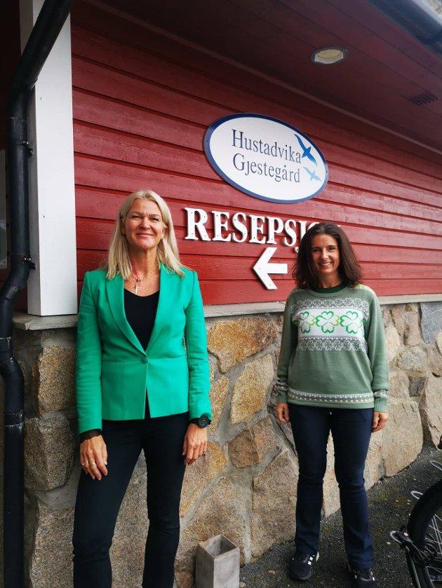 Jenny Klinge og Tove Henøen på besøk hos reiselivsbedrifter i Hustadvika kommune.
