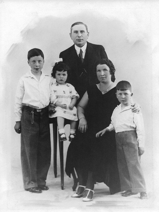 NÆRMEST UTSLETTET: Familiebilde av familien Plesansky. Den elste sønnen, Bernhard, flykter til England via Sverige etter at faren var arrestert. Resten av familien hans – lillesøster Mina, lillebror Sem, pappa Isak og mamma Rosa – ble drept.