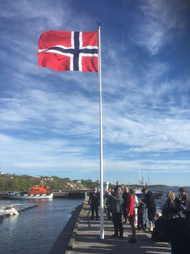 HØYT: På Seilerbua samlet flere seg for å se på flaggheisingen