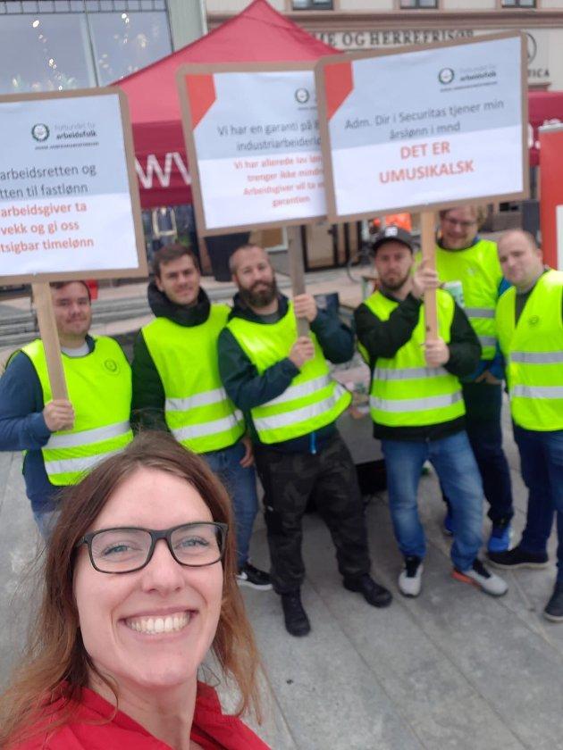 Innleggsforfatteren, her på besøk hos streikende vektere i Tønsberg, gir full støtte til streiken