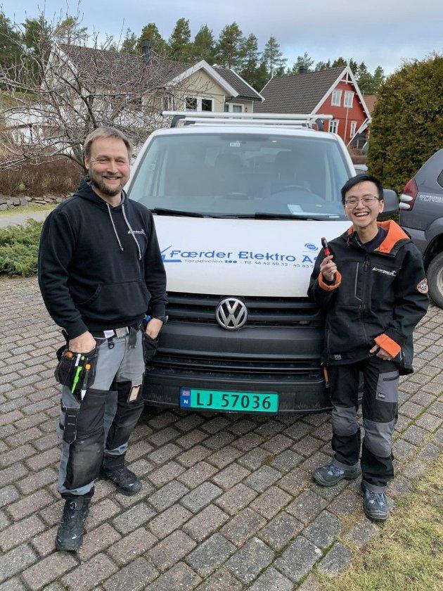 PRAKSIS: Elektriker Thomas Jensen fra Færder elektro samarbeider godt med videregående skole og har praksiselev med seg i arbeidet en dag i uken. Nå håper Vg2-eleven Thai Son Hoang på lærekontrakt etter skolen.