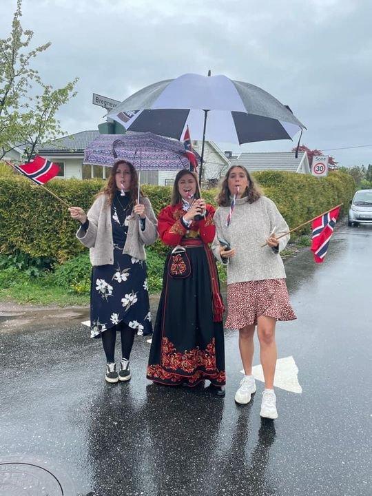 Her lager Ingrid og hennes to venninner fra England stemning under bilkortesjen på Tolvsrød.
