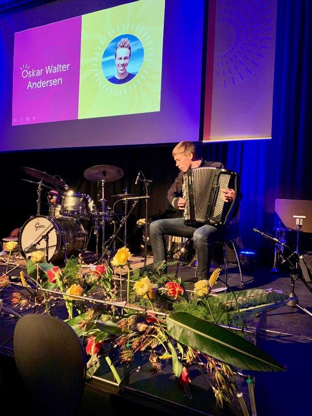 Oskar Walter Andersen spilte trekkspill.