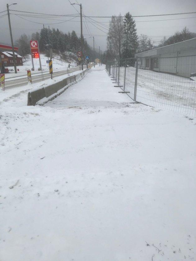 Vei inn på stasjonsområdet er blendet. Gående/ syklende mot Holt skole fra Fiansvingen.