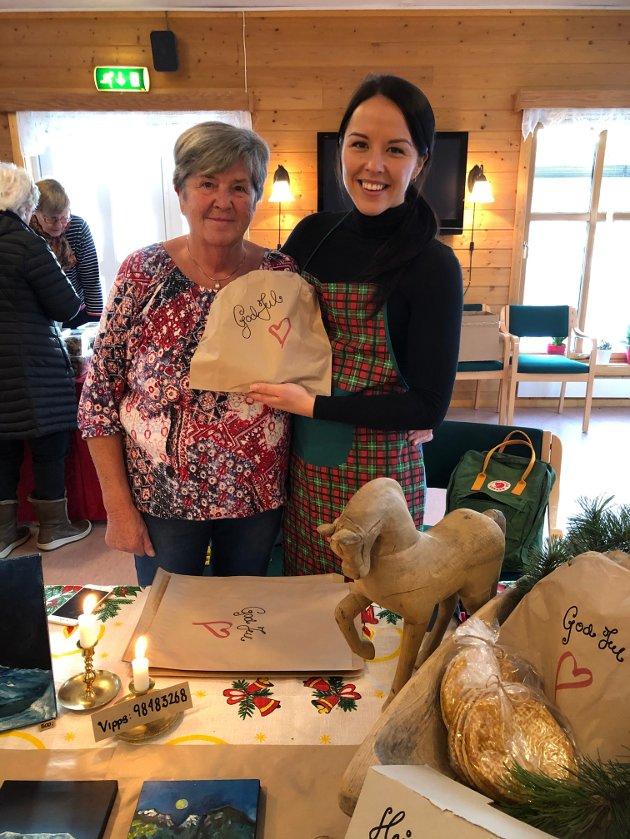JULEBAKST: Katrine Celius hjalp bestemor Marit med å selge deilig julebakst.