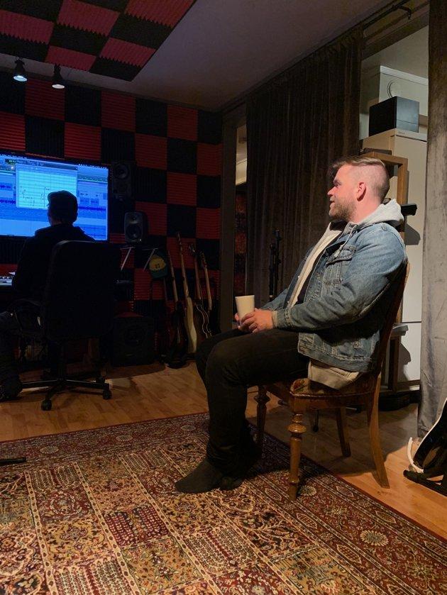 Lytter: Vokalist i Staut, Gaute Lein Ausrød, hører på hva produsent Alf Magne Hillestad tryller fram i Ørnulfs nye heimestudio i Bagn.