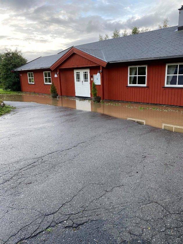 STORE MENGDER: Det hadde samlet seg store mengder vann utenfor menighetshuset torsdag kveld.