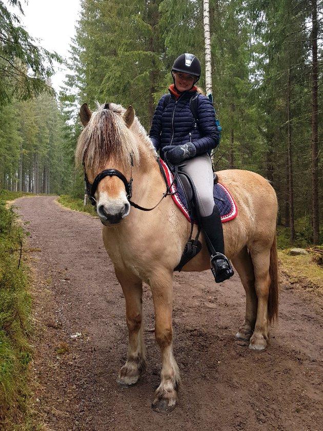 HOLD AVSTAND: Når Eli Ruud Dankel og hesten Binjo er på tur ønsker de ikke å få en syklist susende forbi med minimal klaring.