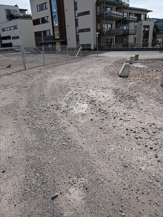 UFERDIG: Vi visste at området var under utvikling da vi kjøpte leiligheten, men vi visste ikke at veier stort sett skulle være støv og leire, skriver NJB-beboer Jørn Syrstad.