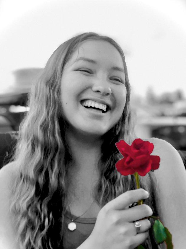 SKRIBENTEN: Vanessa Lofsberg (17) i 2. klasse på Kongsberg videregående til høsten. Hun kom på 5. plass i en nasjonal konkurranse arrangert av 22. juli-senteret tidligere i sommer, hvor deltakerne leverte inn en sang om 22. juli. Vanessa skrev både teksten og sangen og sto for fremføringen selv. Den kan høres på laagendalsposten.no