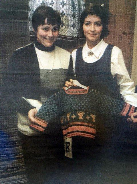 Leder i Sande bondekvinnelag Marit Bruserud (til venstre) sammen med vinneren av konkurransen om Sandegenseren, Laila Vold.