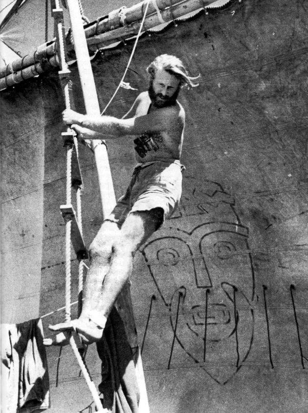 Thor Heyerdahl i masta på Kon-Tiki. Hodet på seilet er kopiert fra en forhistorisk billedstøtte av Kon-Tiki. Fra Heyerdahls egen fortelling om  ekspedisjonen 1948 med fire senere utgaver.