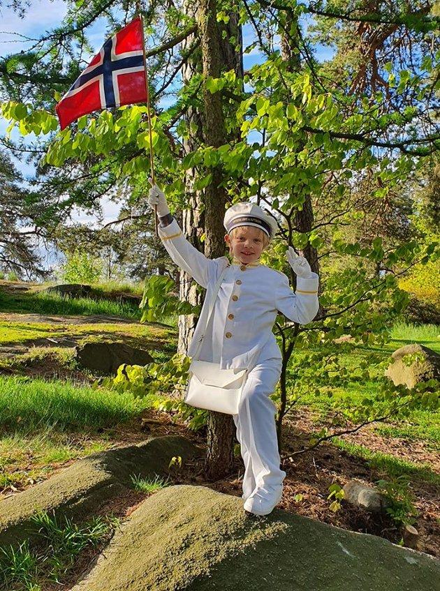 Startet dagen med flaggheising i Kulås. Fornøyd aspirant.
