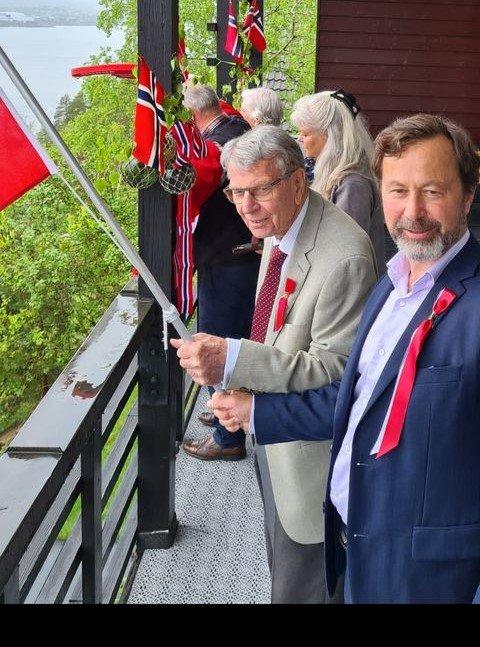 Familien Farbrot fra Solnedgangen på Nesodden. Olav 93 år holder flagget sammen sin yngste sønn for å hilse på kongen.