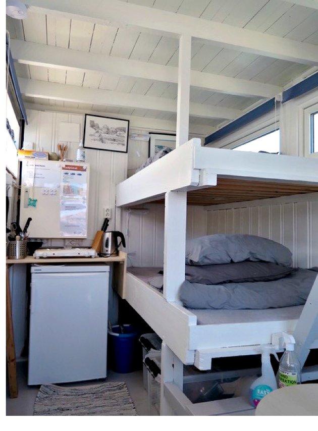 Vegger og gulv er malt i hytta som har to sengeplasser.