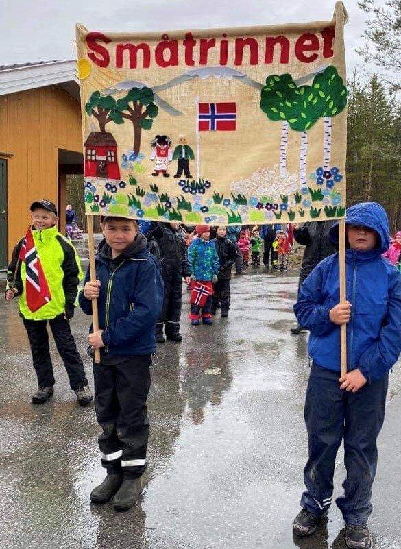 I øs - pøs regnvær gikk småtrinnet på Gransherad skole i tog fra skolen til Bygdeheimen onsdag 12. mai.