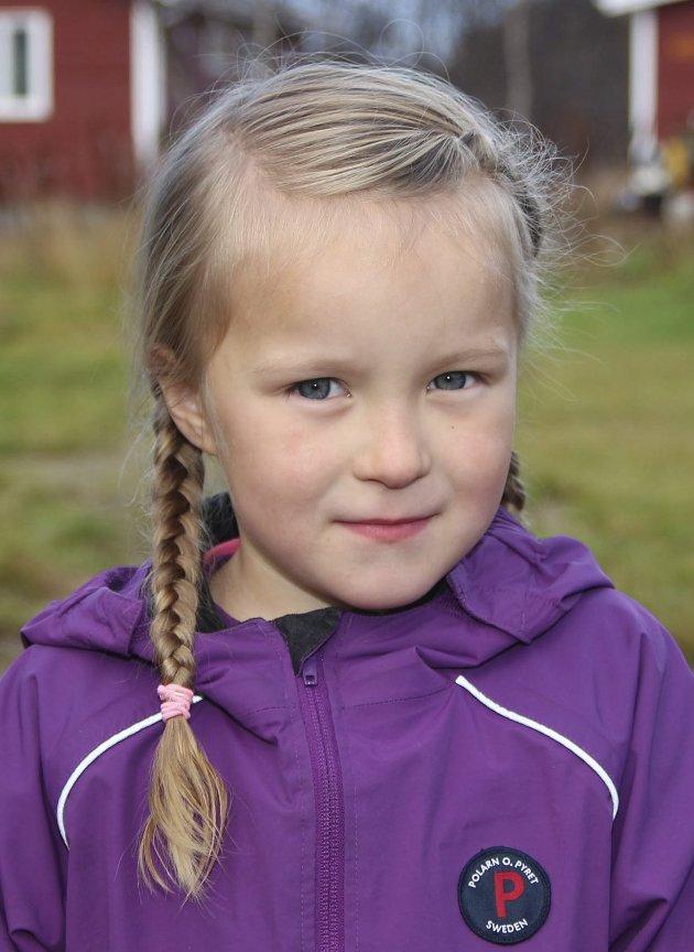 På besøk: Leah Haldorsen (5) fra Kirkenes var på besøk hos moromor og de tok turen til campingplassen.