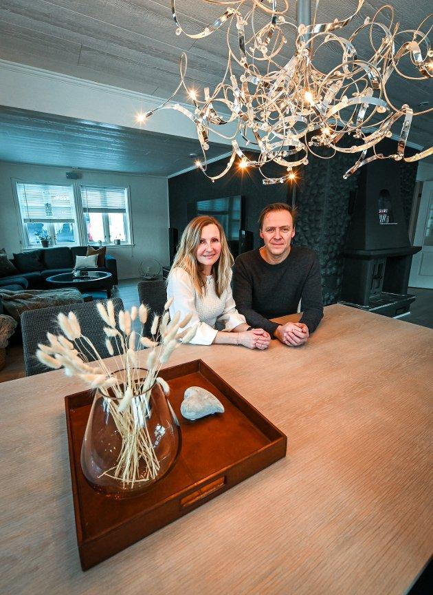 Rita og Morten Nordtømme skal selge huset på Båsmoen og velger å style det selv for megler Amanda Varem og fotograf Kjetil Iversen slipper til.
