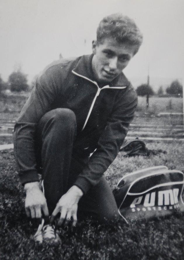 TIDENES RASKESTE: Ingen på Østre Romerike har til dags dato løpt 60- og 100 meter raskere enn det Øivind Andresen (Westgaard) gjorde på midten av 1960-tallet. På bildet snører naturtalentet fra Blaker på seg piggskoene foran et nytt lynraskt sprintløp.