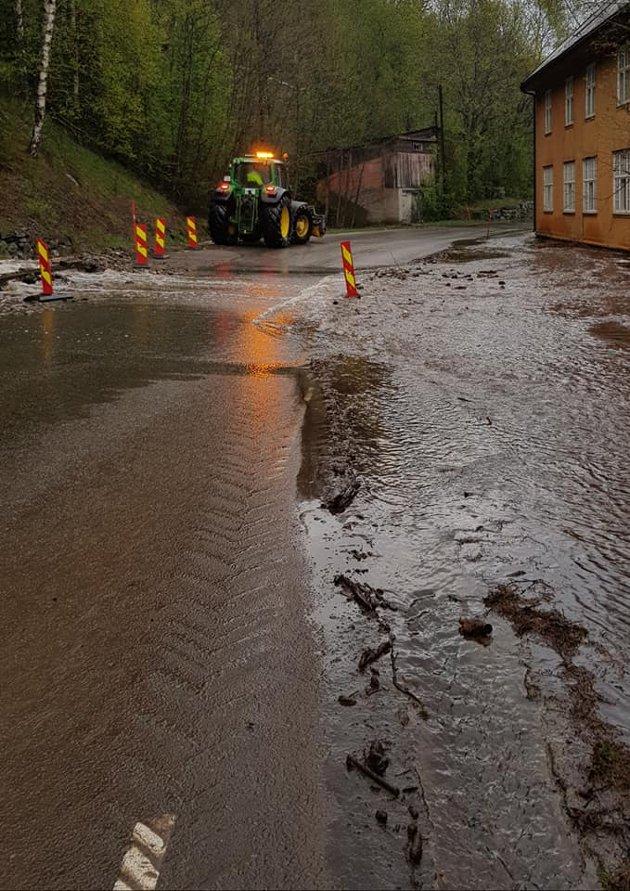 FAGERSTRAND: Sivilforsvaret rykket ut til Fagerstrand for å avhjelpe situasjonen der flomvann rant mot gamle Fagerstrand hotell søndag formiddag.