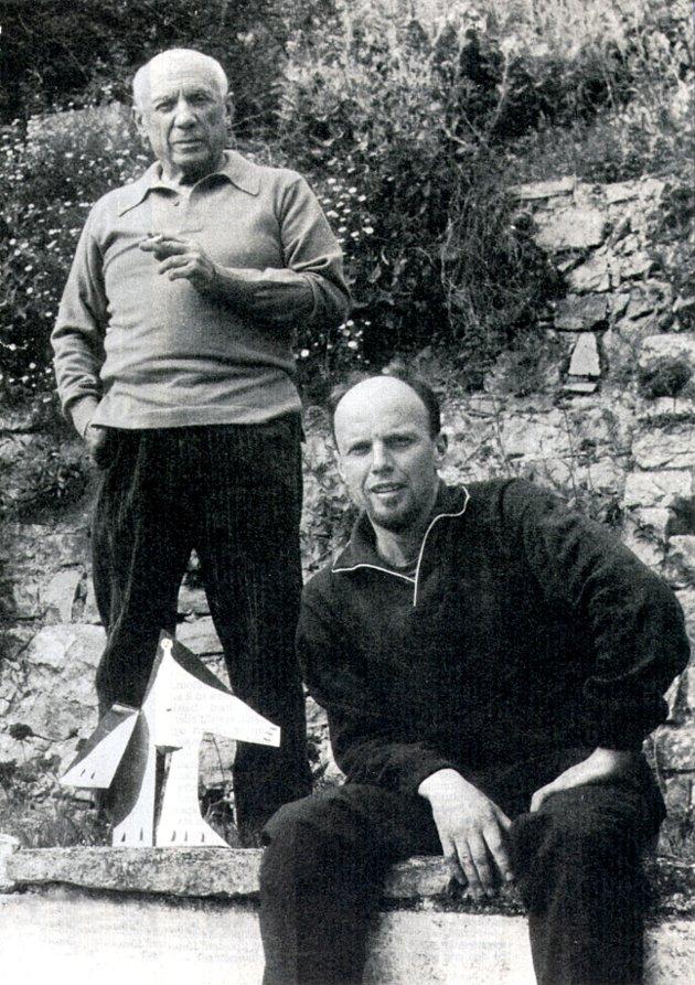 Carl Nesjar (t.h.) fotografert sammen med Picasso i 1962. Vi ser også  pappmodellen til en av Picassos Sylvette-skulpturer, som Nesjar senere utførte i monumental skala og naturbetong enkelte steder i Europa.