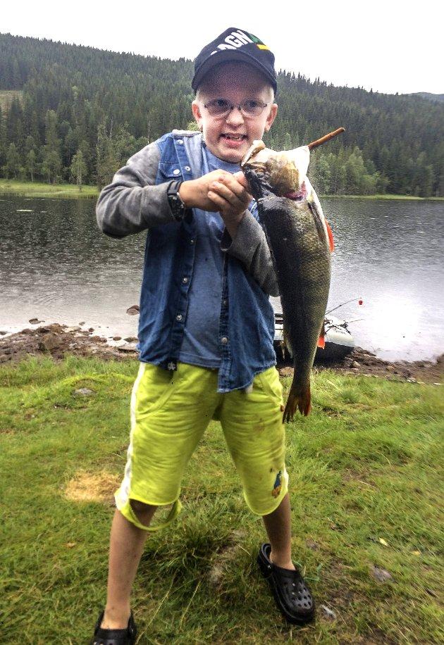 DRØMMEFISKEN: Ikke rart Erik Wiik Melby fra Hurdal gliser bredt. En abbor på 1.330 gram fisket i Skrukkelisjøen. Alle foto: Privat
