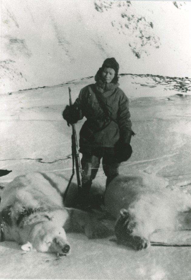 FREDET: Isbjørn ble totalfredet i 1973. Wanny og Anders rakk å felle 77 bjørn i løpet av de fem vintrene sine på Svalbard. Foto: Svalbard museum  FOTO:  /