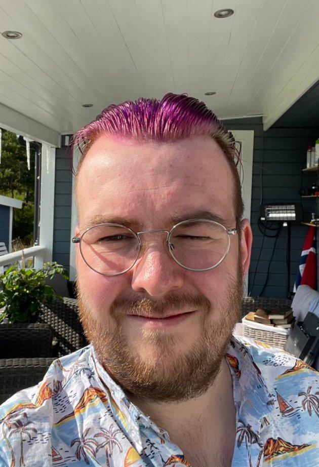 Christian Bjørgen med nyfarga, lilla hår for å feire Pride 2021.