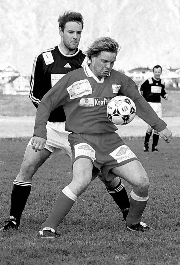 Pål Berg (foran) i duell med Frank Karlsen. Årstall ukjent.