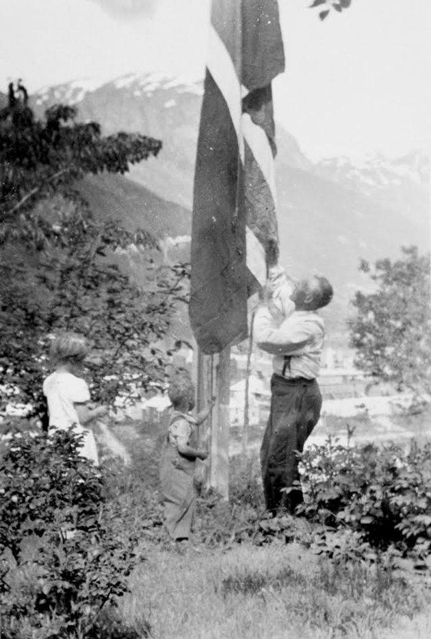 Familien Låte på Hjøllo heiste flagget allerede den 7. mai – de hadde hørt på den ulovlige radioen at krigen var over.