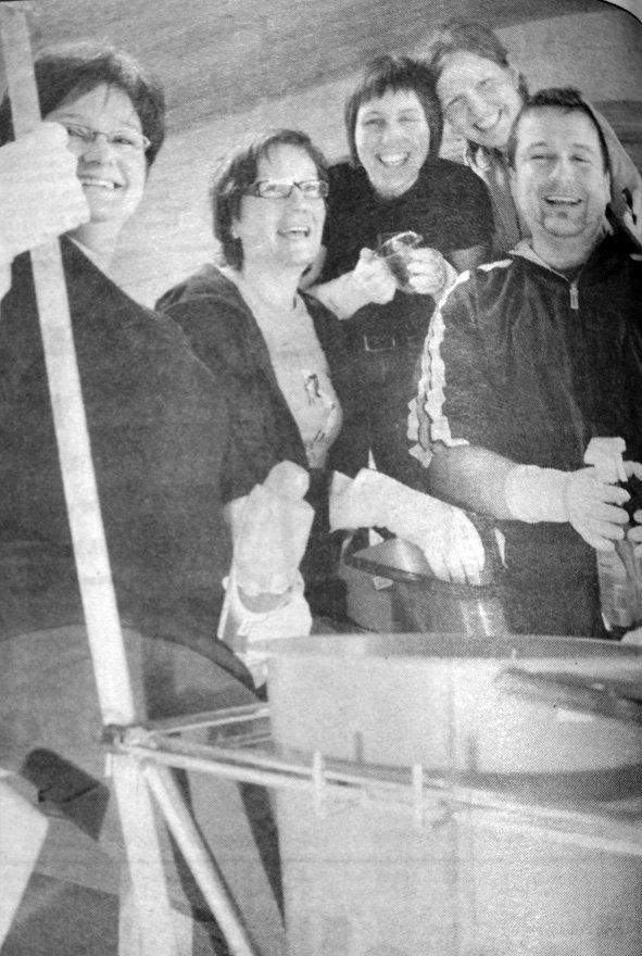 De ansatte i Bjørnhaugen barnehage tok gjerne rundvasken selv. Pengene de sparte satte de av til en reisekonto.  Om noen måneder skulle de på tur, det var bare to som viste hvor turen skulle gå. Fra venstre: Elisabeth Trones Nyborg, Sissel Marie Arntzen, Anka Benonisen, Hilde Granhus og Tor Ivar Saupstad.