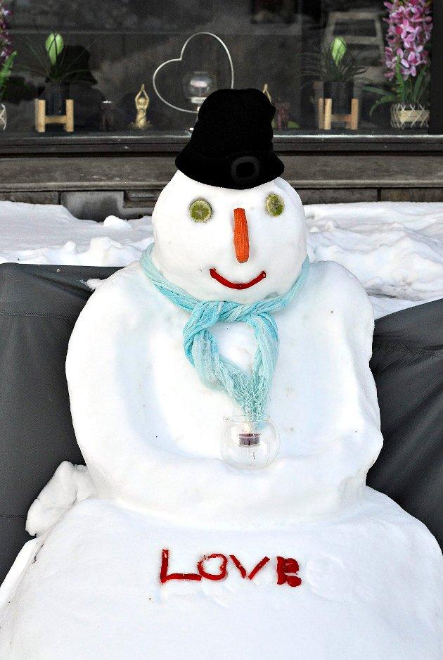 Denne smilende snømannen satt på Rådhusplassen i Kristiansund forleden. Foto: Hanne Farnes