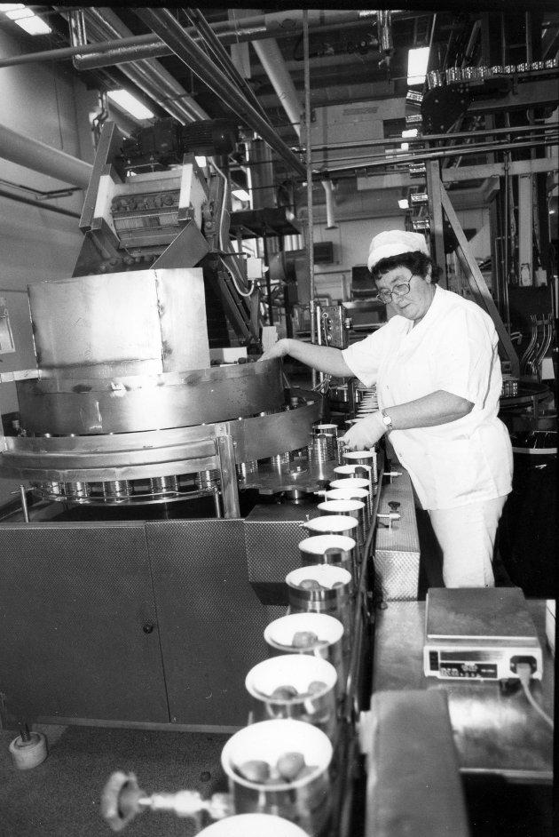 Slaktet: Nortura kan komme til å legge ned skjærelinja ved sitt anlegg i Steinkjer. Det vekker minner blant de som var knyttet til hermetikkfabrikken Terina på Spillum, som Nortura flyttet til Lillehammer. På bildet ser vi produksjonsarbeider Jorunn Bryhn fra tida da bedrifta het Thermex.