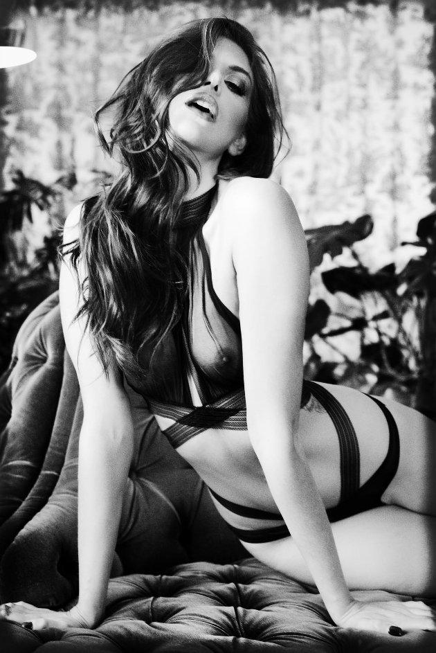 Den internasjonale playboymodellen Delfina Aziri pryder forsiden til fotograf Manfred Baumann kalender for 2021.