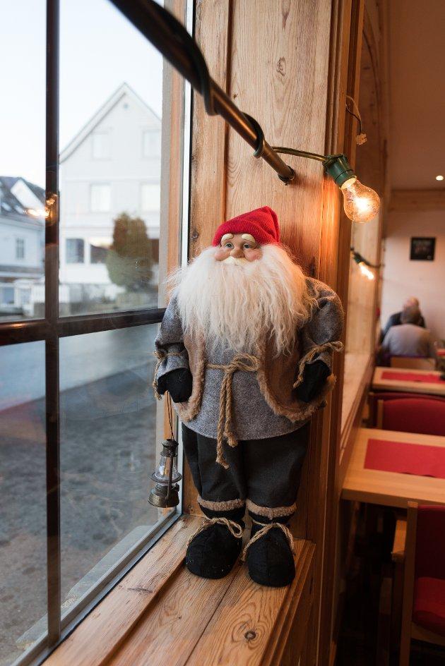 Nissefar ynskjer velkomen til jolemarknaden på Lofthus. I underetasjen på ungdomshuset Krossvoll er det stor aktivitet for tida. Her opna den årlege jolemarknaden 24. november. Marknaden har eigen kafé med opningstider kvar dag til og med søndag 2. desember. Kombinasjonen av kafé og marknad er suksessformelen.