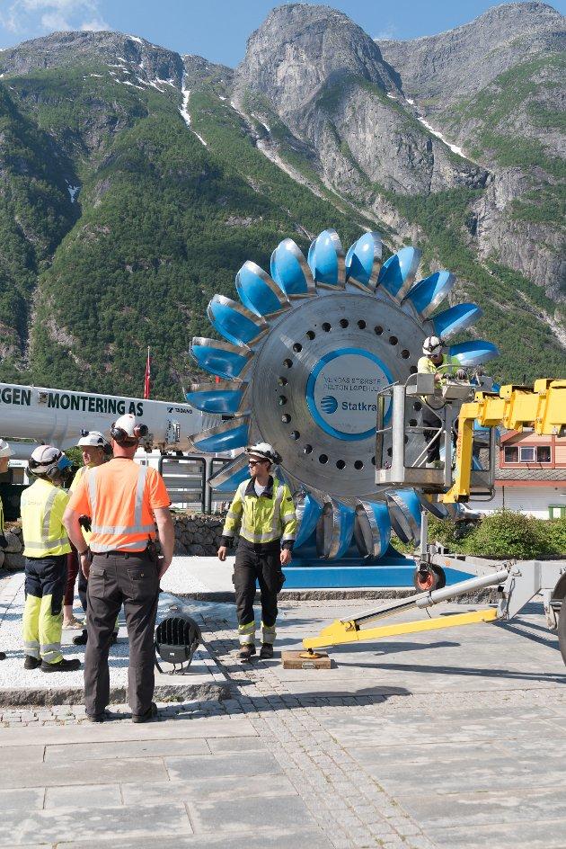Eidfjord har fått nytt landemerke, etter eit stort turbinhjul i Sima kraftverk i 2015 fekk ein skade som ikkje let set reparera.
