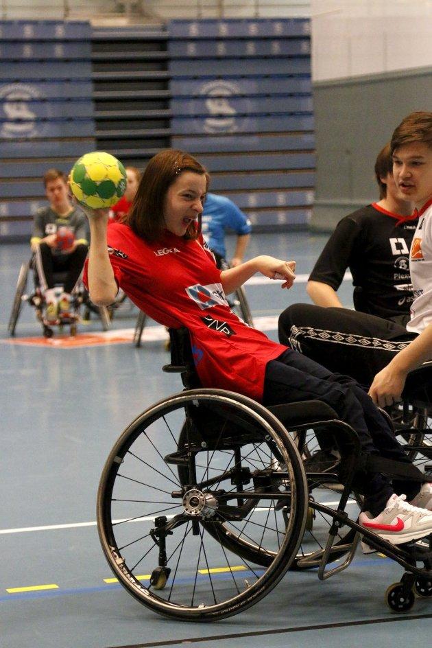TRIVELIG: Det er stor innsats og mye godt humør på treningene i rullestolhåndball. FOTO: STIG PERSSON