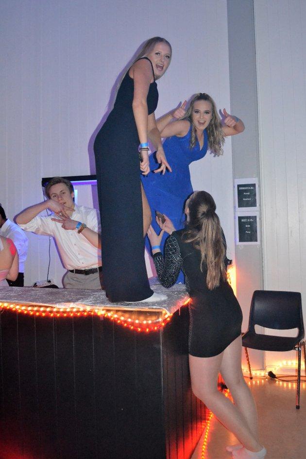 Dans på bardisken: Emilie og Kristin danser på bardisken. Elevane laga bardisk og selde alkoholfrie drinkar under festen.