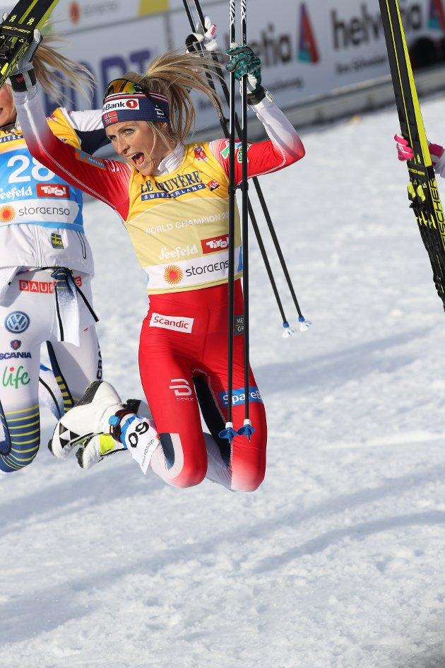 Therese Johaug vant gull og ble verdensmester. Her er hun hoppende glad etter målgang.