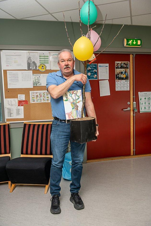 Assisterende rektor ved Gimle skole, Trond Vangberg, ble behørig takket av på sin siste arbeidsdag før han ble pensjonist. Han fikk et fruktre i avskjedsgave fra kollegene.