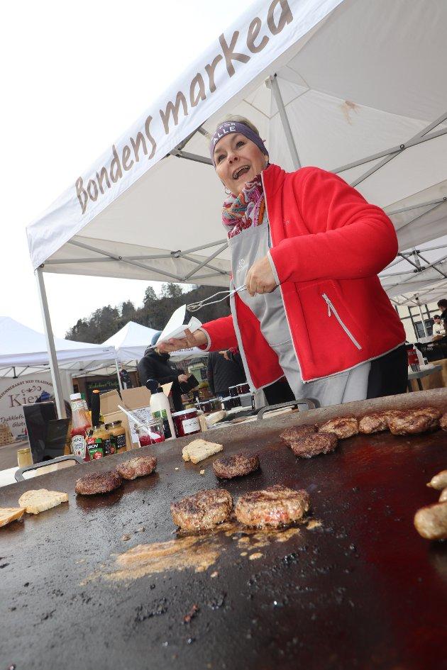 Ingrid Mjelde Gran med godsaker på steikepanna.