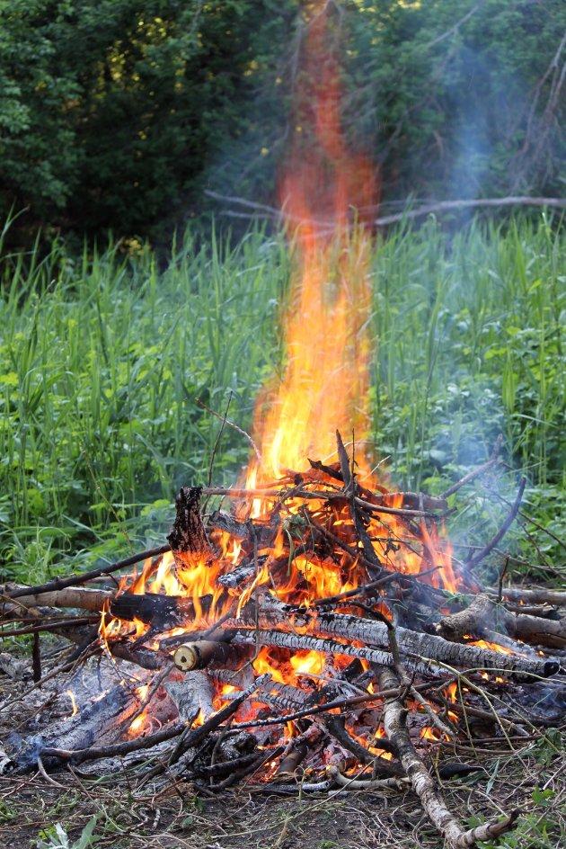 Fra 15. april - 15. september er det ikke lov å tenne bål i skog og mark uten tillatelse.